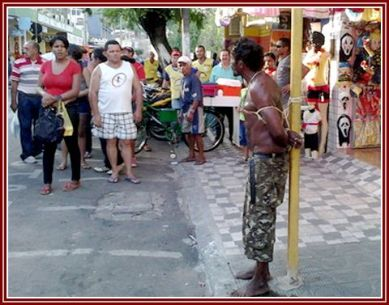 Quem tentava libertar o homem preso às cordas era agredido por aqueles que o prenderam.
