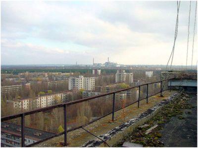 Cidade fantasma de Pripyat com a usina nuclear de Chernobil ao fundo.