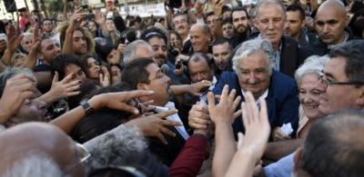 milhares-de-pessoas-se-despediram-nesta-sexta-feira-27-do-presidente-do-uruguai-jose-mujica-um-personagem-com-um-estilo-de-vida-simples-e-um-discurso-contra-o-consumo-que-se-tornou-um-dos-mandatarios-1425085379176_615x300